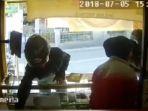 pencurian-ponsel-terekam-cctv_20180708_131057.jpg