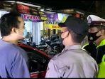 pengemudi-sebuah-mobil-pelat-b-marahmarah-terhadap-petugas-pos-penyekatan.jpg