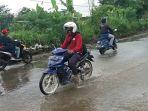 pengendara-lintasi-jalan-laswi-yg-banjir_20170311_184605.jpg