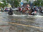 pengendara-menghadapi-kondisi-banjir-3.jpg