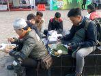 pengendara-menikmati-nasi-jamblang-di-checkpoint-winong-kecamatan-palimanan_20180623_123544.jpg