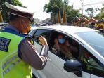 pengendara-sedan-mengenakan-masker-diberikan-polisi-tasikmalaya-kota.jpg
