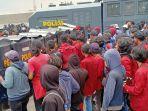pengunjuk-rasa-menolak-uu-cipta-kerja-yang-terdiri-atas-mahasiswa-buruh-dan-masyarakat-berhadapan.jpg