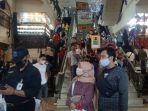 pengunjung-memadati-pasar-baru-trade-centre-kota-bandung-minggu-952021-siang.jpg