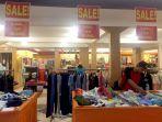 pengunjung-mencari-barang-di-kotak-pakaian-promo-di-morning-dew-factory-outlet_20171210_151918.jpg