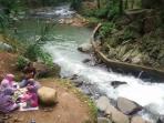 pengunjung-menikmati-santap-siang-di-bantaran-sungai-cidomas_20160501_144709.jpg