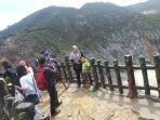 pengunjung-saat-berfoto-foto-menikmati-latar-kawah-gunung-tangkuban-perahu_20180218_161224.jpg
