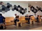 pengunjung-yang-bekerja-di-cafe-saat-fase-psbb-proporsional.jpg