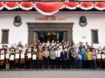 penjabat-gubernur-jabar-mochamad-iriawan-berfoto-bersama-60-penerima-penghargaan_20180816_123720.jpg