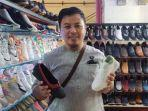 penjual-sepatu-di-pasar-baru-bandung.jpg