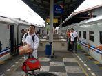 penumpang-kereta-api-di-stasiun-cirebon-jl-inspeksi-kota-cirebon.jpg