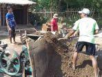 perajin-batu-bata-di-desa-sumbersari-melakukan-proses-pencetakan-batu-bata_20171206_112646.jpg
