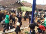 perang-tomat-masyarakat-adat-kampung-kareumbi.jpg