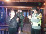 perempuan-protes-petugas-pengunjung-kafe-dibubarkan.jpg