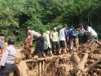 personel-polres-subang-saat-mengevakuasi-jenazah_20160523_133956.jpg