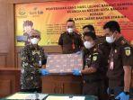 perwakilan-dari-bank-bjb-syariah-batik-menerima-uang-tunai-rp-25-miliar.jpg