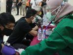 peserta-vaksinasi-covid-19-saat-dicek-petugas-di-vihara-tanda-bakti-jalan-vihara-koat-bandung.jpg