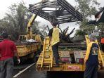 petugas-dari-balai-besar-pembangunan-jalan-nasional_20181108_211748.jpg