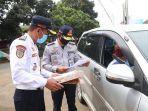 petugas-dishub-jabar-memeriksa-kendaraan-pribadi.jpg