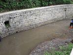petugas-dpkp-kota-cimahi-membersihkan-sungai-cimahi_20171030_142349.jpg