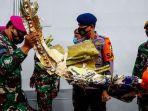 petugas-gabungan-membawa-bagian-pesawat-sriwijaya-air-sj-182-rute-jakarta-pontianak.jpg