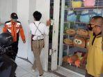 petugas-gabungan-saat-menutup-toko-mainan-di-jalan-pekiringan-kota-cirebon.jpg