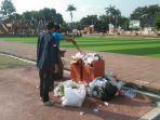 petugas-kebersihan-alun-alun-majalengka-sulit-membersihkan-sampah-yang-menumpuk.jpg