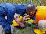 petugas-kepolisian-sedang-memeriksa-mayat-yang-ditemukan-di-sawah-di-jalan-radio-palasari.jpg