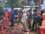 petugas-memadamkan-api-yang-membakar-rumah-di-kabupaten-sumedang-rabu-612021.jpg