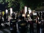 petugas-membubarkan-kerumunan-di-malam-takbiran-di-taman-kota-alun-alun.jpg