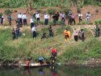 petugas-mengevakuasi-mayat-laki-laki-yang-ditemukan-di-sungai-citarum.jpg