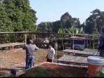 petugas-menutup-pasar-minggu-di-desa-bantar-panjang-kecamatan-nagrak-kabupaten-sukabumi.jpg