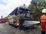 petugas-menyemprotkan-air-ke-badan-bus-yang-terbakar-di-ruas-tol-tangerang-merak.jpg