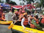 petugas-naik-perahu-karet-simulasi-pengamanan-pilkada-kabupaten-tasikmalaya-4122020.jpg