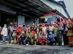 petugas-pemadam-kebakaran-berfoto-bersama-seusai-memadamkan-api.jpg