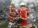 petugas-pemadam-kebakaran-kota-cimahi-melakukan-pendinginan-kebakaran_20180122_203305.jpg