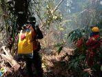 petugas-saat-melakukan-penyisiran-di-lokasi-kebakaran-hutan-minggu-6102019.jpg