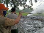 petugas-saat-mengecek-lokasi-semburan-gas-liar-yang-kembali-muncul-di-desa-sukaperna.jpg