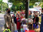petugas-satpol-pp-kabupaten-cirebon-saat-mengingatkan-pkl-yang-berjualan-di-bahu-jalan.jpg