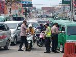 petugas-sedang-bekerja-di-titik-penyekatan-untuk-menghalau-kendaraan.jpg