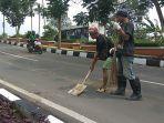 petugas-sedang-membersihkan-tumpahan-tanah-kota-cimahi-4112019.jpg