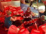 petugas-sedang-mengemas-nasi-kotak-di-dapur-umum-di-balai-wyata.jpg
