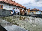 pjs-bupati-indramayu-bambanh-tirtoyuliono-saat-mengunjungi-para-petani-rumput-laut.jpg