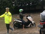 polisi-bantu-masyarakat_banjir-gedebage.jpg