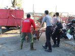polisi-dan-warga-membersihkan-sampah-di-pasar-cigasong-jumat-2162019.jpg