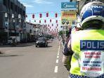 polisi-di-kabupaten-purwakarta-saat-berjaga-pada-saat-penutupan-jalan-di-psbb-tahun-2020.jpg
