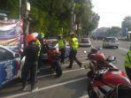 polisi-lalu-lintas-menilang-sejumlah-pengendara-motor-ducati.jpg