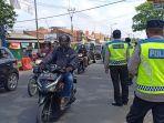 polisi-melakukan-penyekatan-di-jalan-cinunuk-kabupaten-bandung-pada-kamis-1352021.jpg