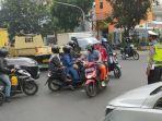 polisi-mengatur-arus-lalu-lintas-di-jalan-jenderal-sudirman-kota-bandung.jpg
