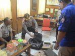 polisi-mengecek-tas-mencurigakan-yang-ditemukan-warga-di-jalan-gandawijaya-kota-cimahi_20171218_190912.jpg
